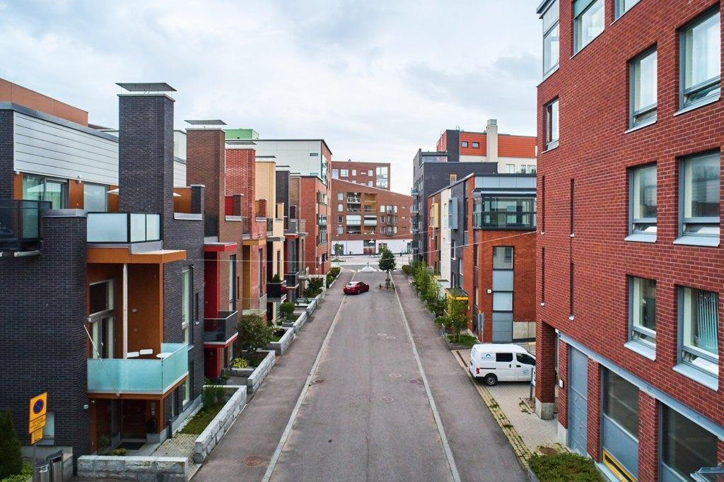 Kaupunkikuvaa, korkeita rakennuksia ja autoja