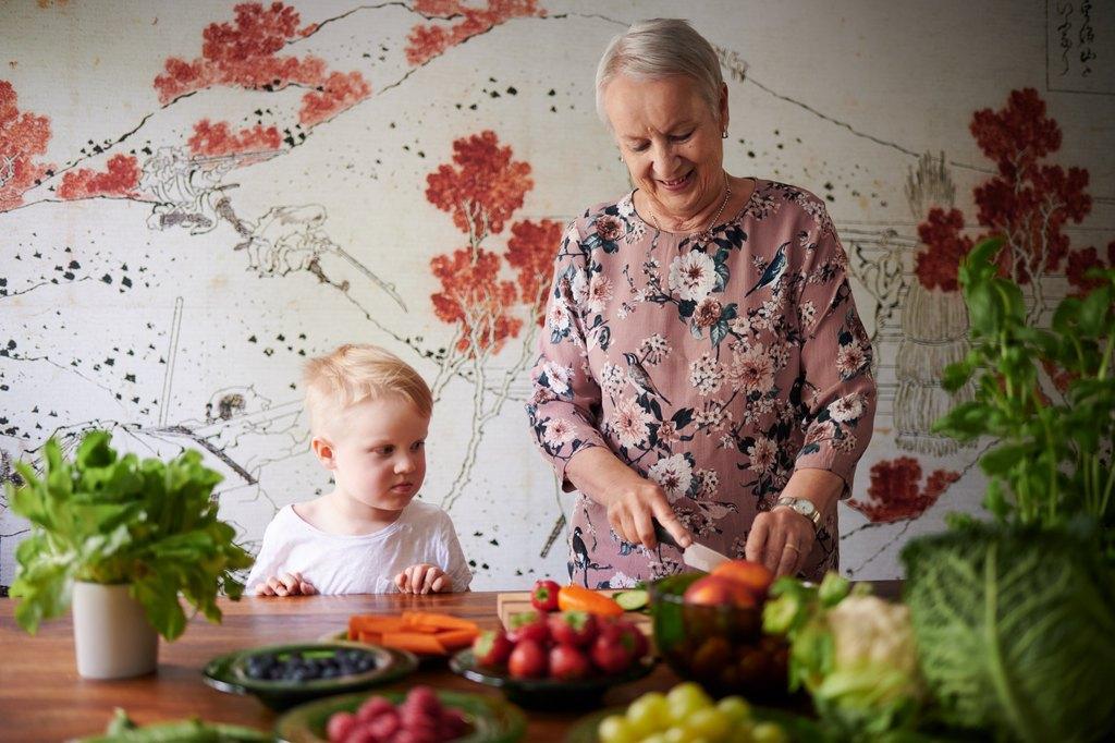 Isoäiti ja lapsenlapsi laittavat ruokaa