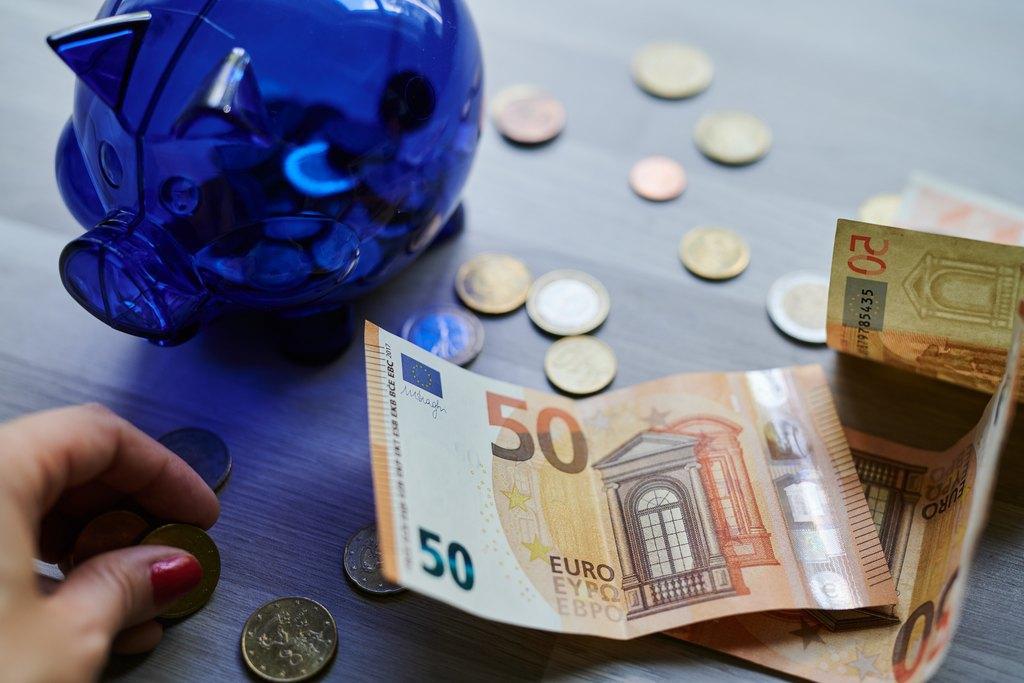 Rahaa ja säästöpossu