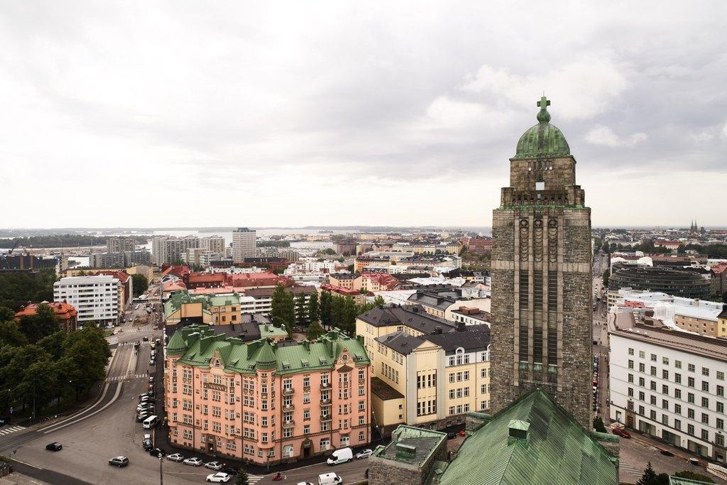 Korkealta kuvattu kaupunkimaisema, etualalla Kallion kirkon torni.