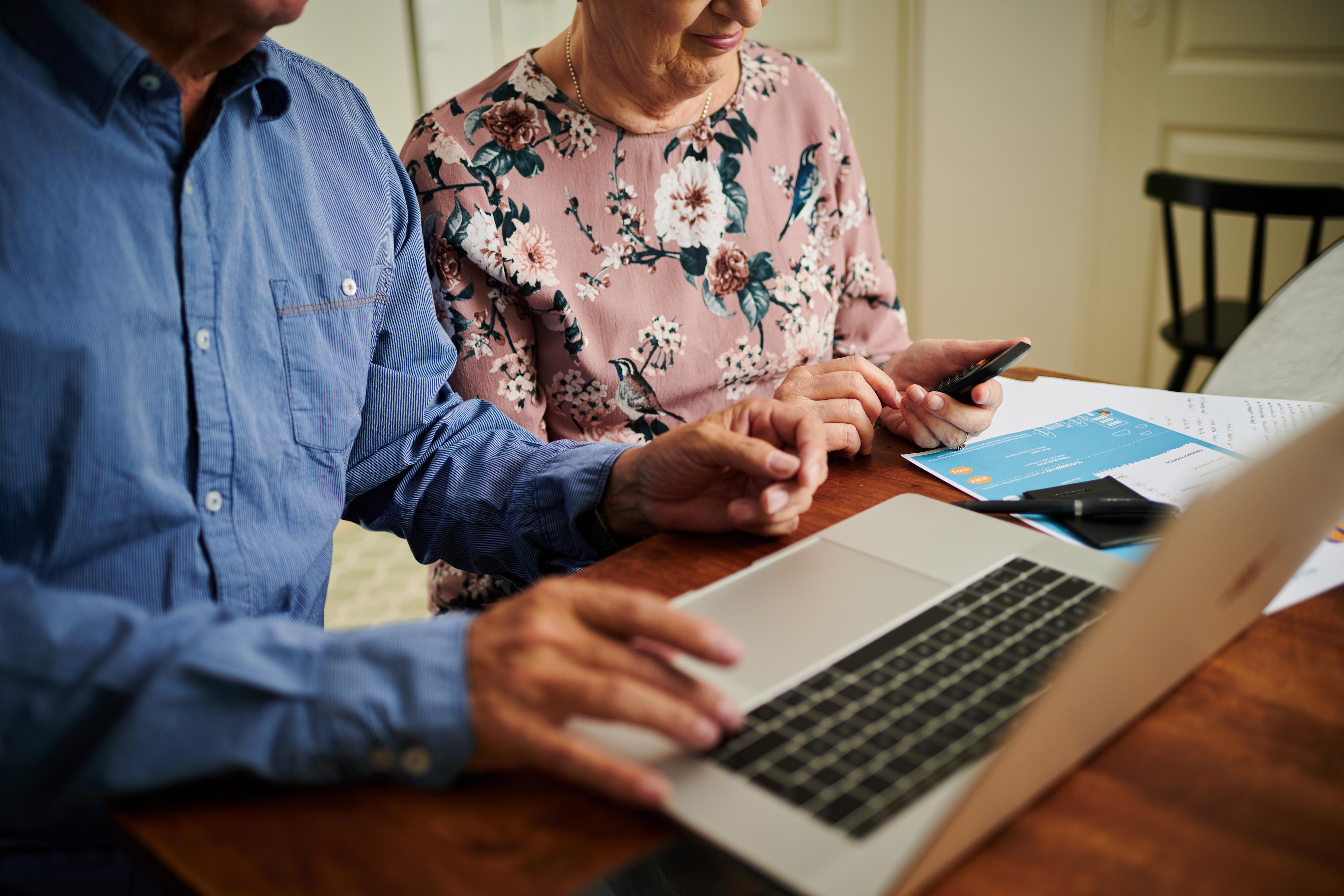 Vanhempi pariskunta tietokoneella