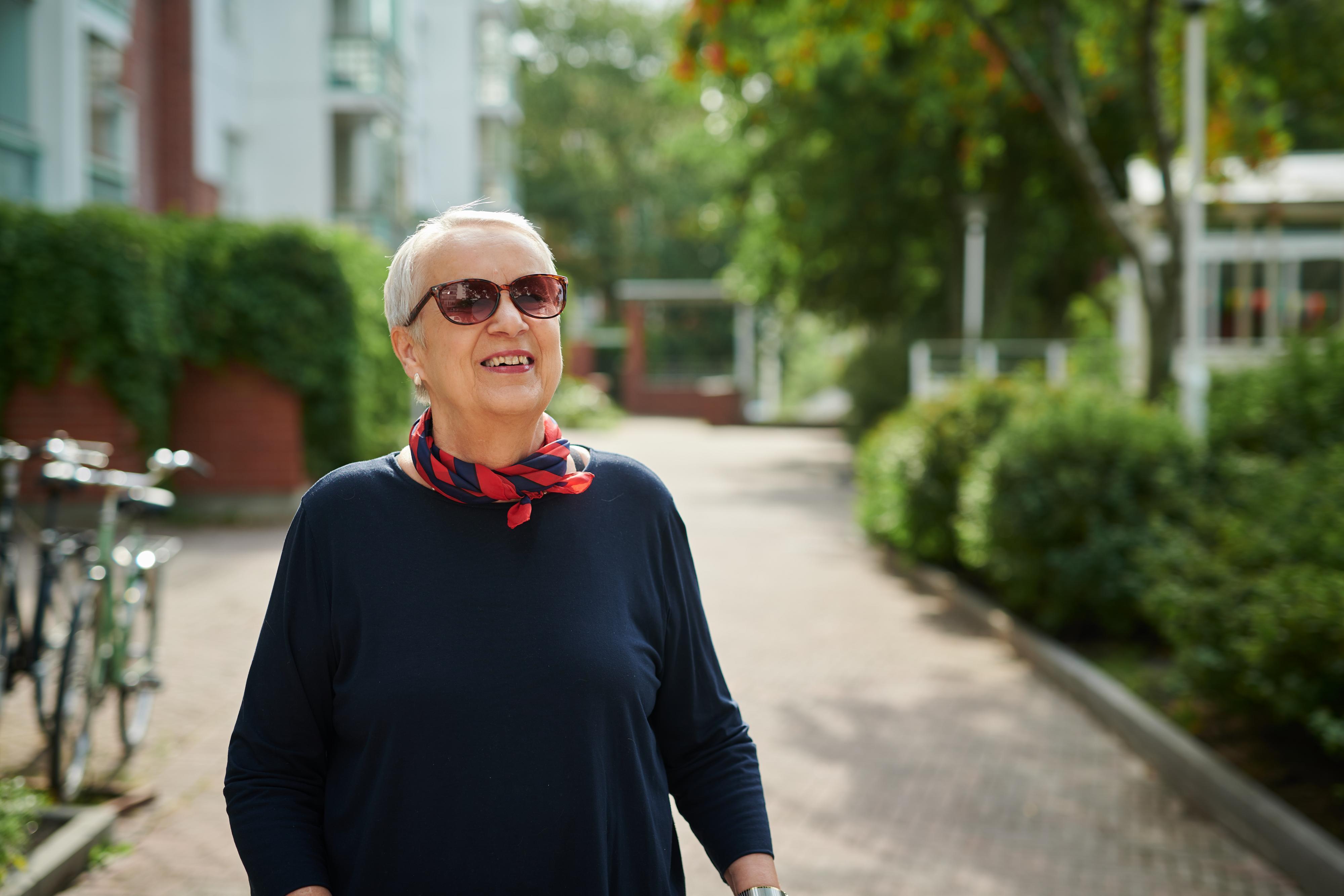 Vanhempi nainen ulkona aurinkolasit silmillä